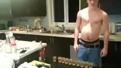 Garoto tomando bebendo